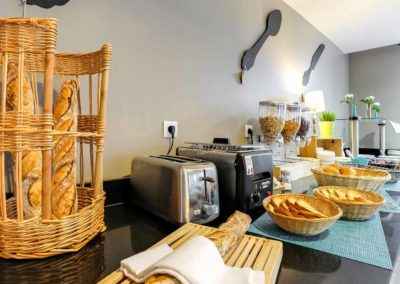 hotel-le-galion-commun-petit-dejeuner-table